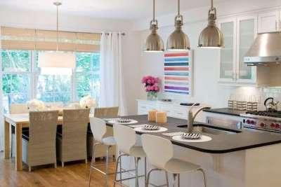 островной стол в интерьере светлой кухни гостиной