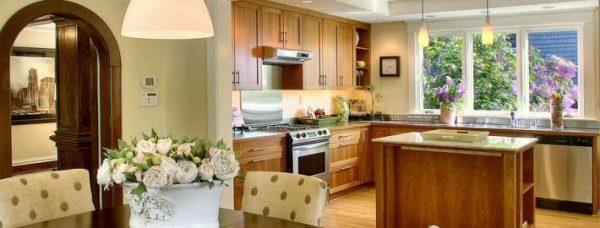 интерьер кухни гостиной с деревянным гарнитуром