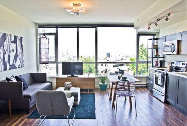 интерьер кухни гостиной с панорамным окном