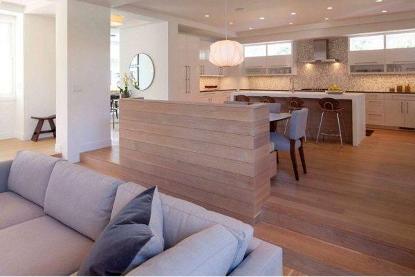 голубой диван в интерьере кухни гостиной