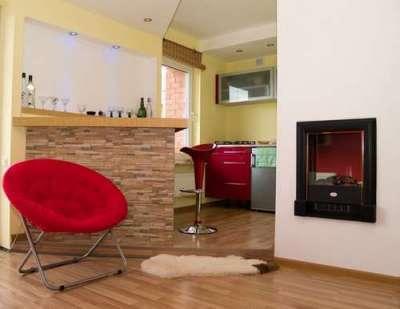 яркое кресло в интерьере кухни гостиной 30 кв. метров