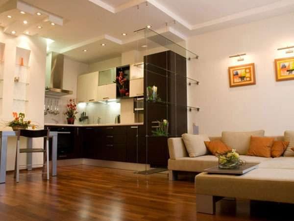 интерьер небольшой гостиной с ламинатом