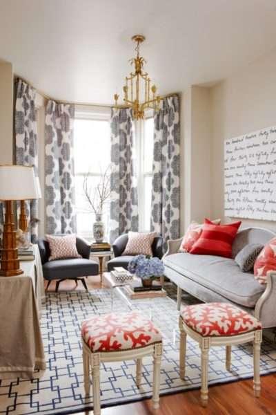 роскошная люстра в интерьере небольшой гостиной