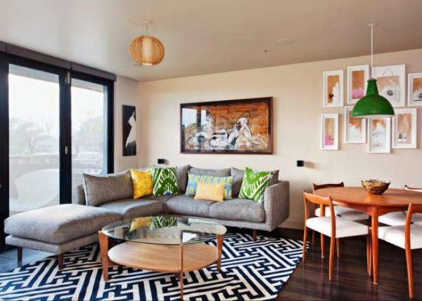 угловой диван в интерьере небольшой гостиной