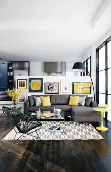 серый интерьер небольшой гостиной