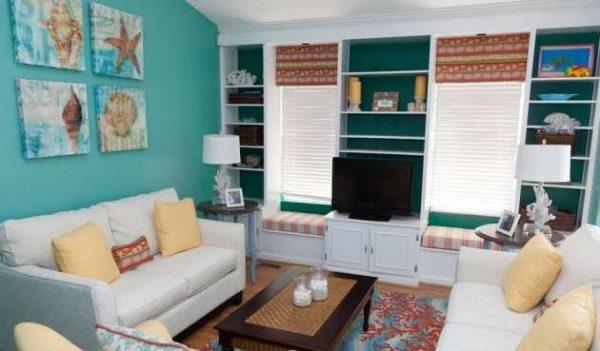 бирюзовые стены в интерьере небольшой гостиной