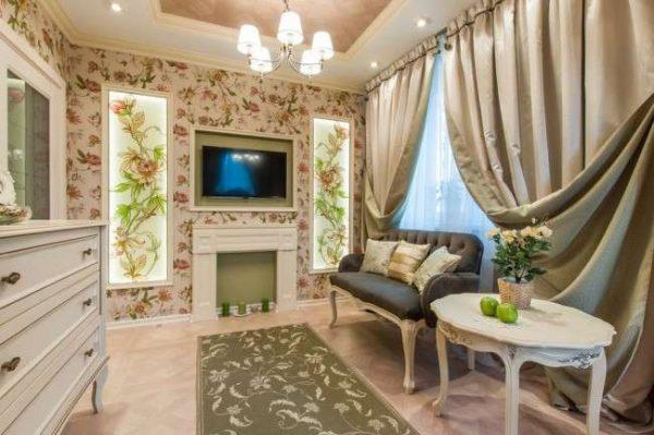 роскошные портьеры в гостиной в классическом стиле