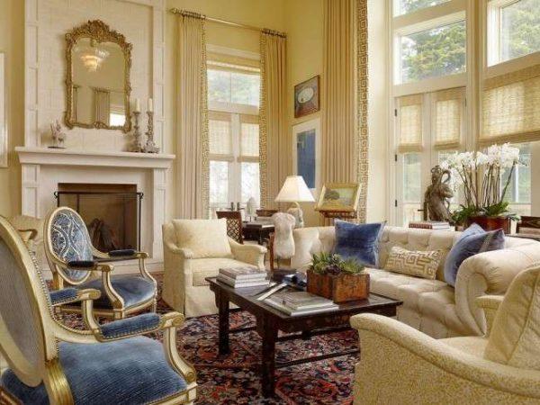голубая мебель в гостиной в классическом стиле