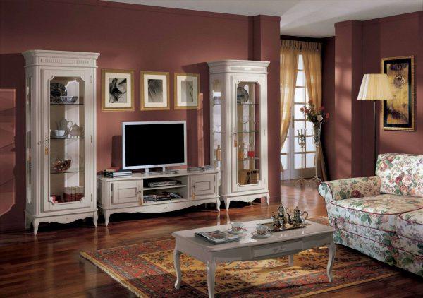 диван с цветочным принтом в гостиной в классическом стиле