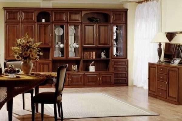 деревянная стенка в гостиной в классическом стиле