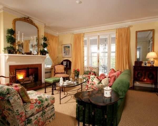 мебель с цветочным принтом в гостиной в классическом стиле
