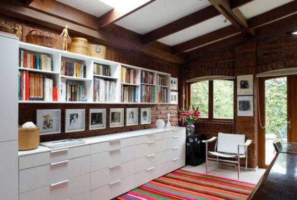 белая современная модульная стенка в интерьере гостиной с деревянными балками