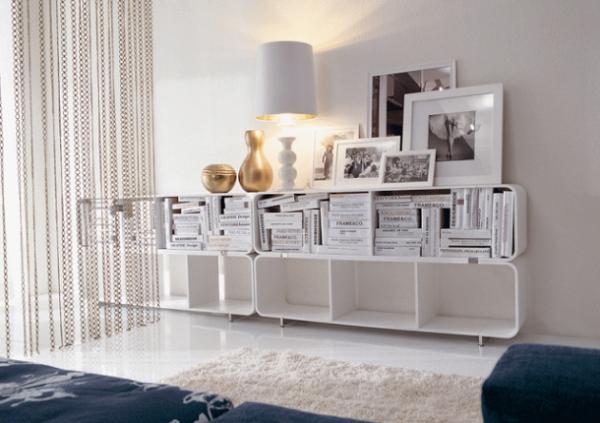 белая современная модульная стенка с открытыми полками и закрыглёнными торцами в интерьере гостиной