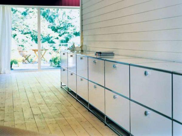 современная модульная стенка с рядом нижних шкафов в интерьере гостиной