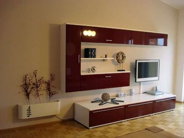 коричневая современная модульная стенка в интерьере гостиной