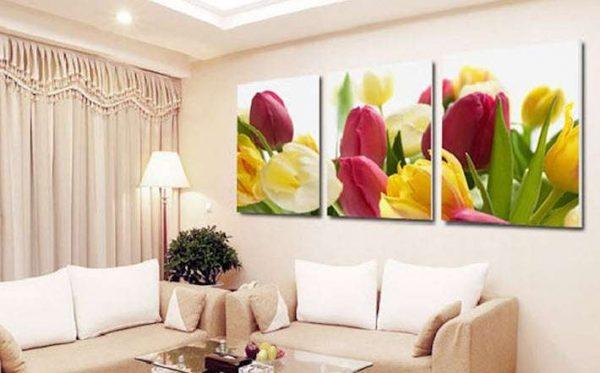 тюльпаны в интерьере гостиной над диваном