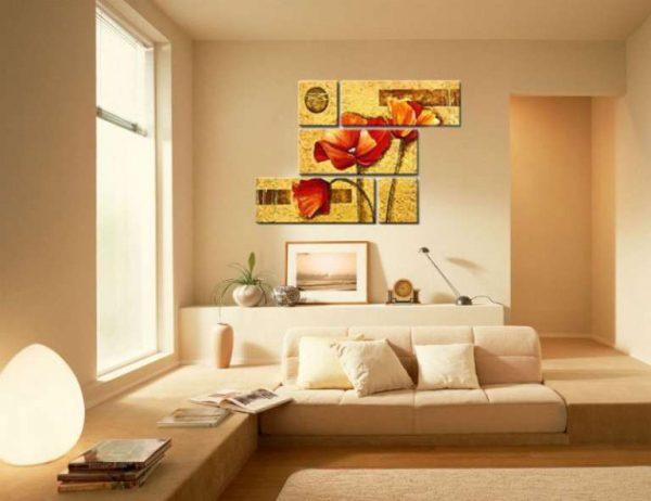 модульная картина с цветами в интерьере гостиной над диваном в хаотичном порядке