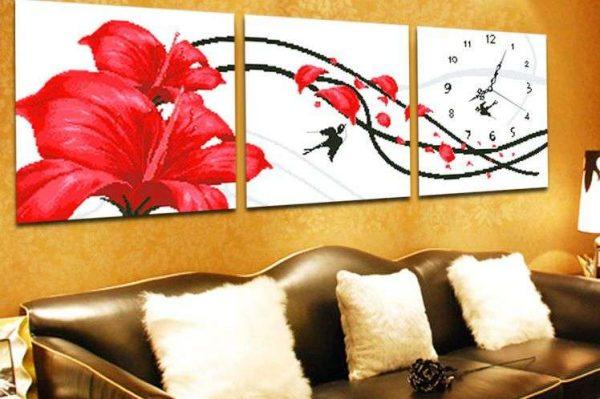 модульная картина с цветами в интерьере гостиной над диваном