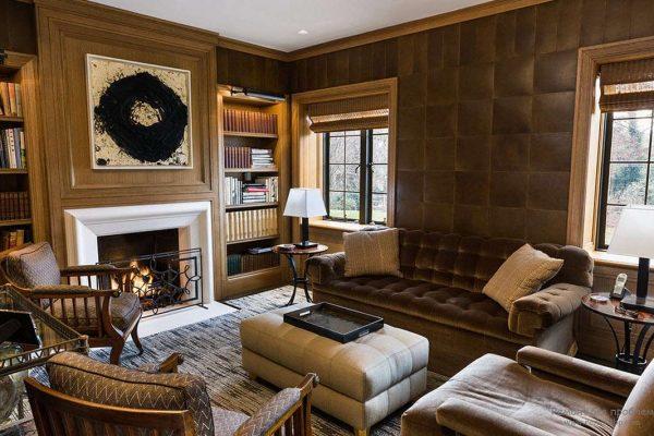 гостиная с камином, декорированным эффектной бордовой кожей