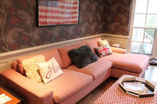 тёмные обои в интерьере гостиной с розовым диваном