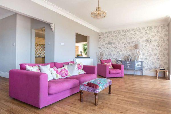 обои в гостиной с розовой мебелью