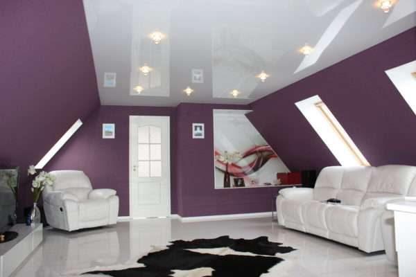 натяжной потолок в интерьер гостиной эконом класса