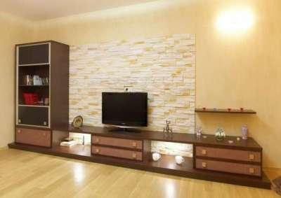 декор стены гостиной с ремонтом эконом класса