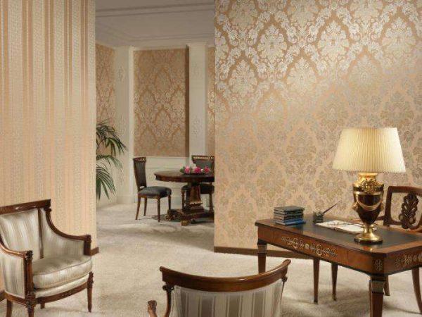 стильные обои в гостиной в классическом стиле
