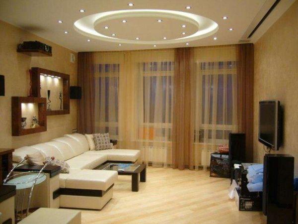 потолок с точечным освещением в интерьере гостиной после ремонта