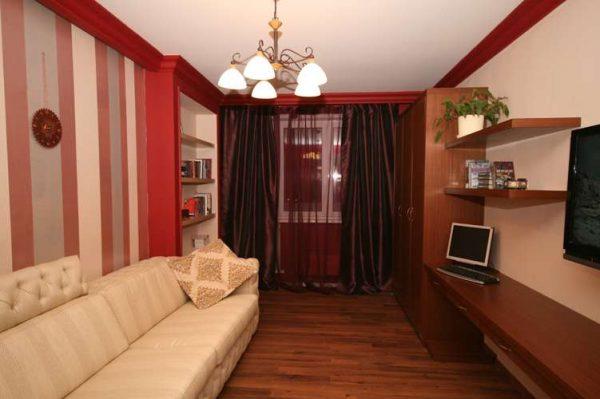 интерьер гостиной после ремонта с красными колонами