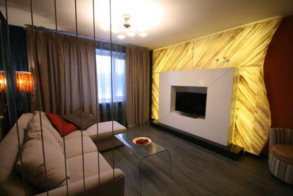 интерьер гостиной после ремонта с ярким декором стены