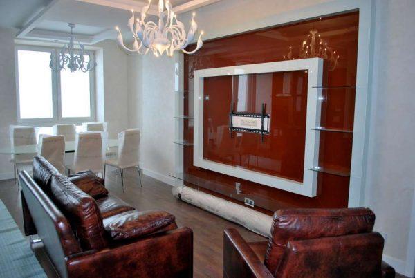 красная глянцевая поверхность стены в гостиной после ремонта