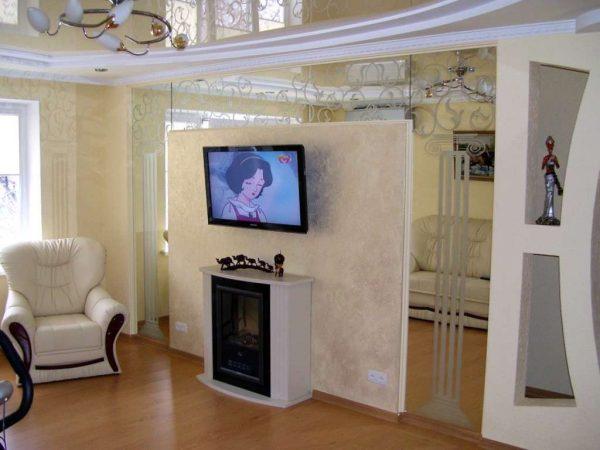 интерьер гостиной после ремонта с зеркальными вставками на стене