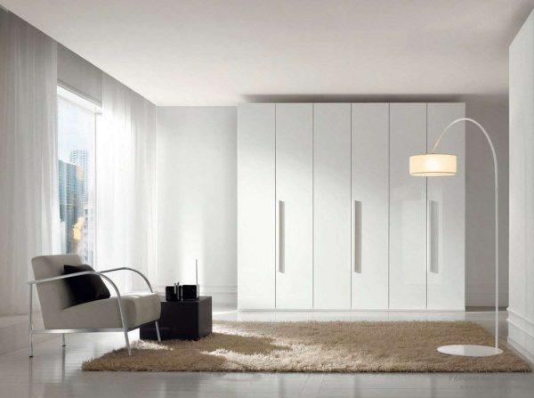 Интерьер в стиле минимализм со шкафом-купе