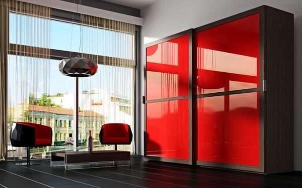 шкаф купе с красными фасадами в интерьере гостиной