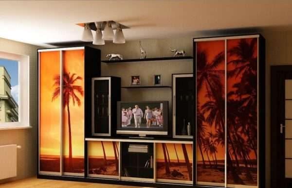 фотопечать на дверях шкафа купе в интерьере гостиной