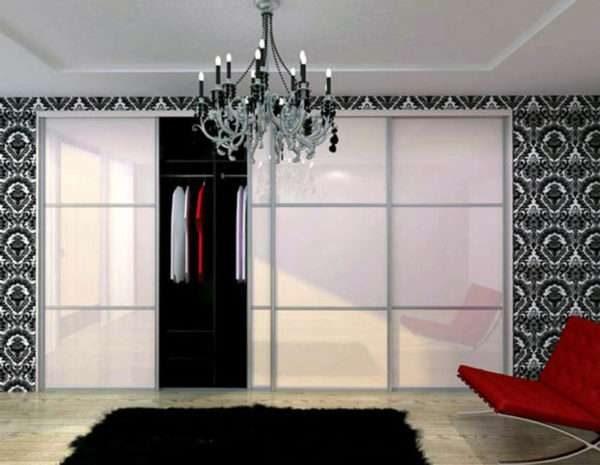 шкаф купе с матовыми стёклами в интерьере гостиной