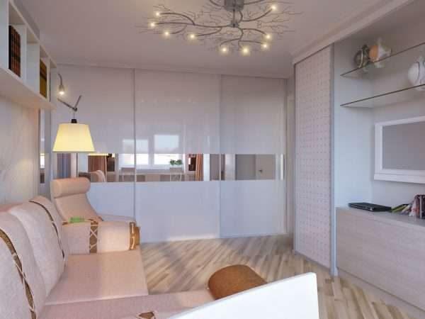 белые двери с вставками зеркалами в шкафу купе в интерьере гостиной
