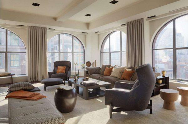 светло-бежевые шторы в интерьере гостиной