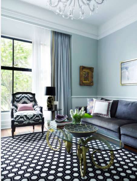 плотные голубые шторы в интерьере гостиной