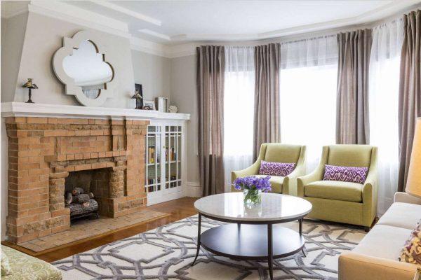 фиолетовые шторы в интерьере гостиной пастельных оттенков