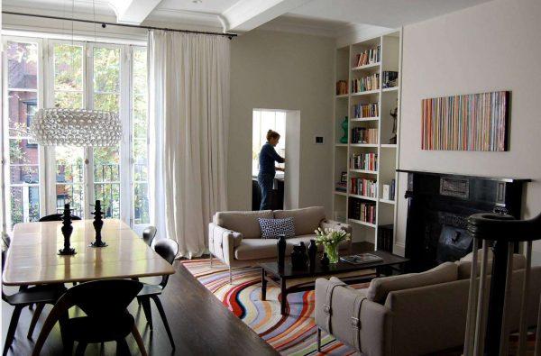 белые лёгкие шторы в интерьере гостиной