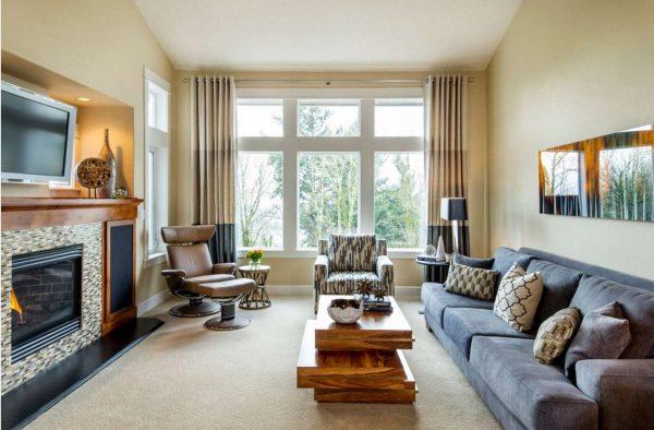 трёхцветные шторы в интерьере гостиной