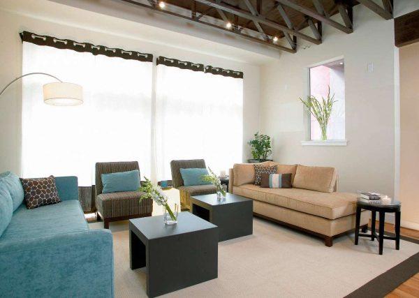 прозрачные шторы в интерьере гостиной