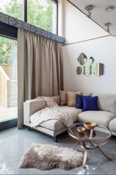 плотные шторы в интерьере гостиной