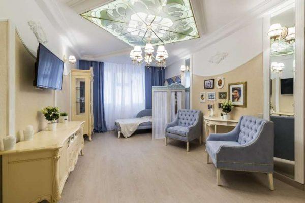 лаконичные шторы голубого оттенка для гостиной в современном стиле