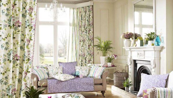 шторы с растительным узором в интерьере гостиной