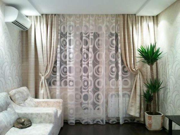 шторы и тюль с рисунком в интерьере современной гостиной