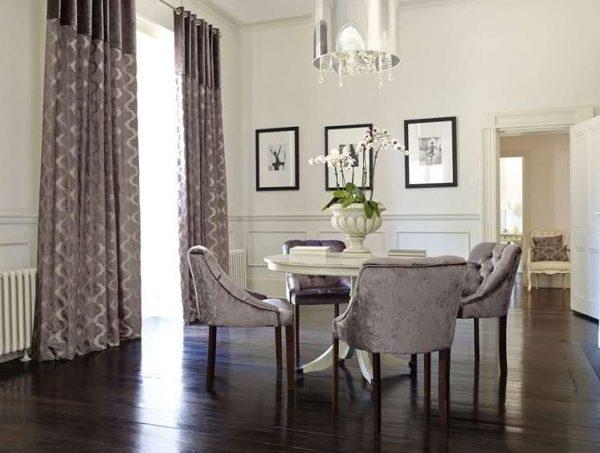 шторы с рисунком в интерьере современной гостиной