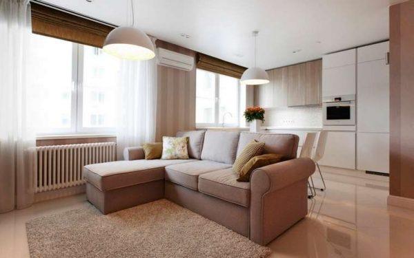 рулонные жалюзи с прозрачными шторами в интерьере современной гостиной